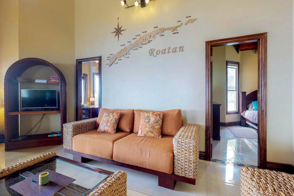 Villa Hermosa Vista - West Bay Vacation Rental - Photo 3