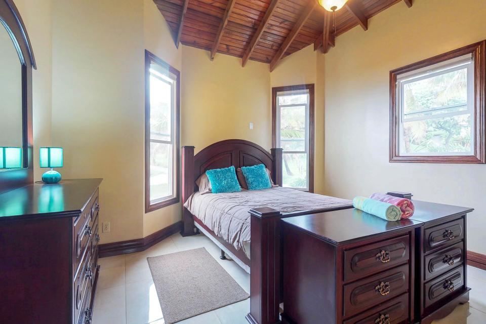Villa Hermosa Vista - West Bay Vacation Rental - Photo 19