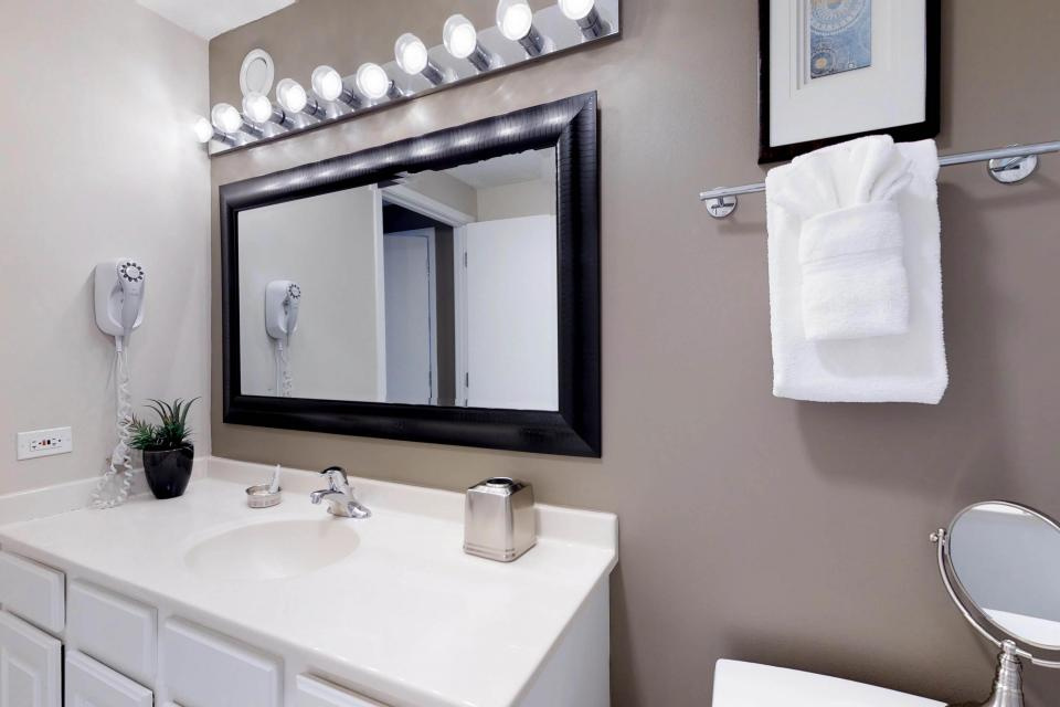 Fashionable on the 42nd Floor - Chicago Vacation Rental - Photo 22