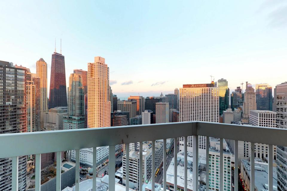 Fashionable on the 42nd Floor - Chicago Vacation Rental - Photo 11