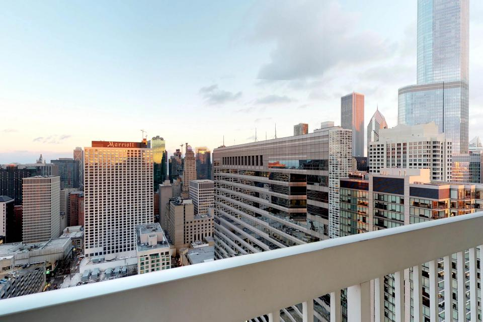 Fashionable on the 42nd Floor - Chicago Vacation Rental - Photo 31