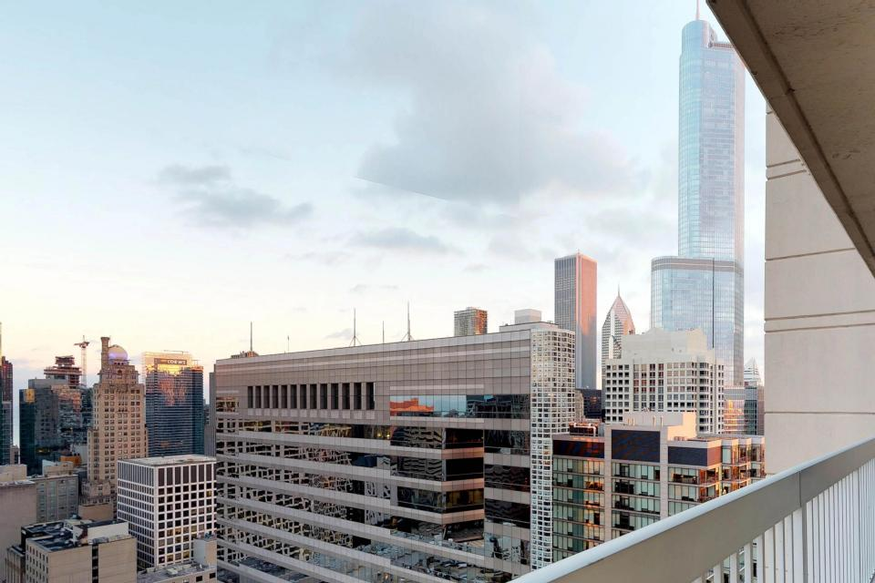 Fashionable on the 42nd Floor - Chicago Vacation Rental - Photo 38