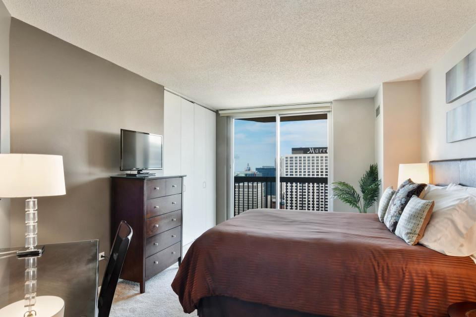 Fashionable on the 42nd Floor - Chicago Vacation Rental - Photo 26