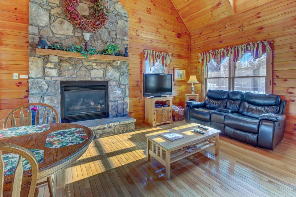 Arrowhead Log Cabin Resort: Papaw's Bear Den Cabin - Pigeon Forge Vacation Rental - Photo 9