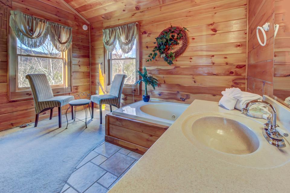 Arrowhead Log Cabin Resort: Papaw's Bear Den Cabin - Pigeon Forge Vacation Rental - Photo 40