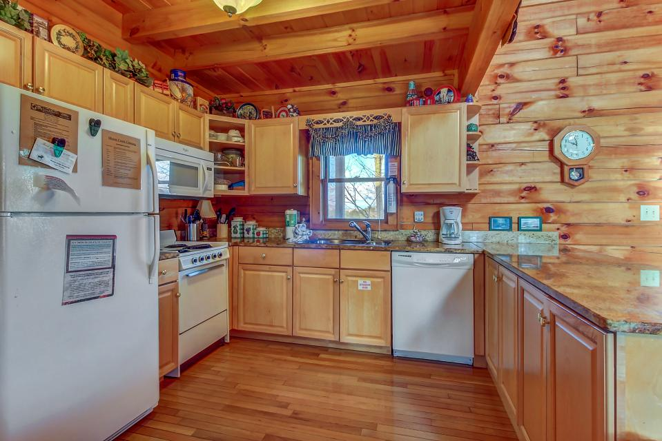 Arrowhead Log Cabin Resort: Papaw's Bear Den Cabin - Pigeon Forge Vacation Rental - Photo 12