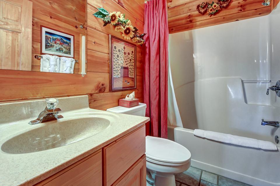 Arrowhead Log Cabin Resort: Papaw's Bear Den Cabin - Pigeon Forge Vacation Rental - Photo 48