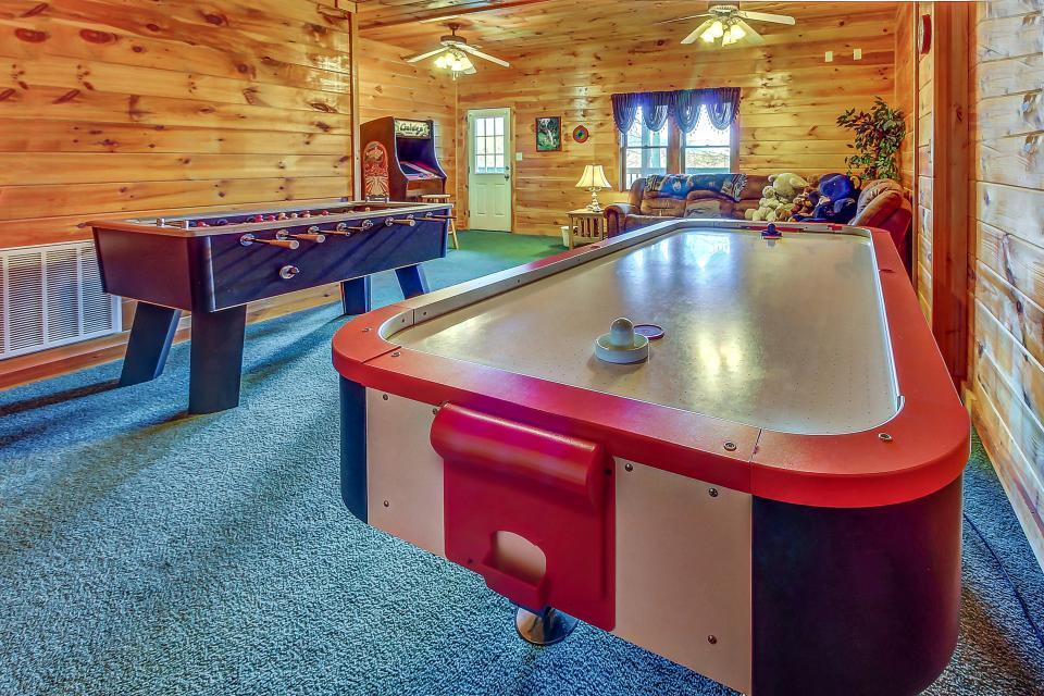Arrowhead Log Cabin Resort: Papaw's Bear Den Cabin - Pigeon Forge Vacation Rental - Photo 2