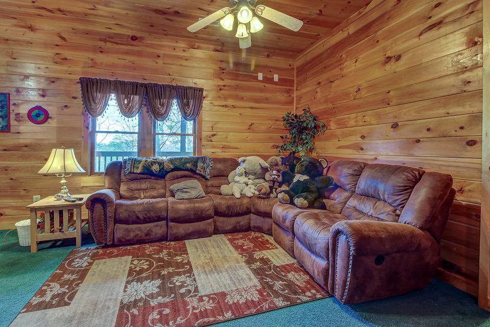 Arrowhead Log Cabin Resort: Papaw's Bear Den Cabin - Pigeon Forge Vacation Rental - Photo 16
