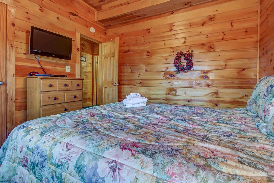 Arrowhead Log Cabin Resort: Papaw's Bear Den Cabin - Pigeon Forge Vacation Rental - Photo 50