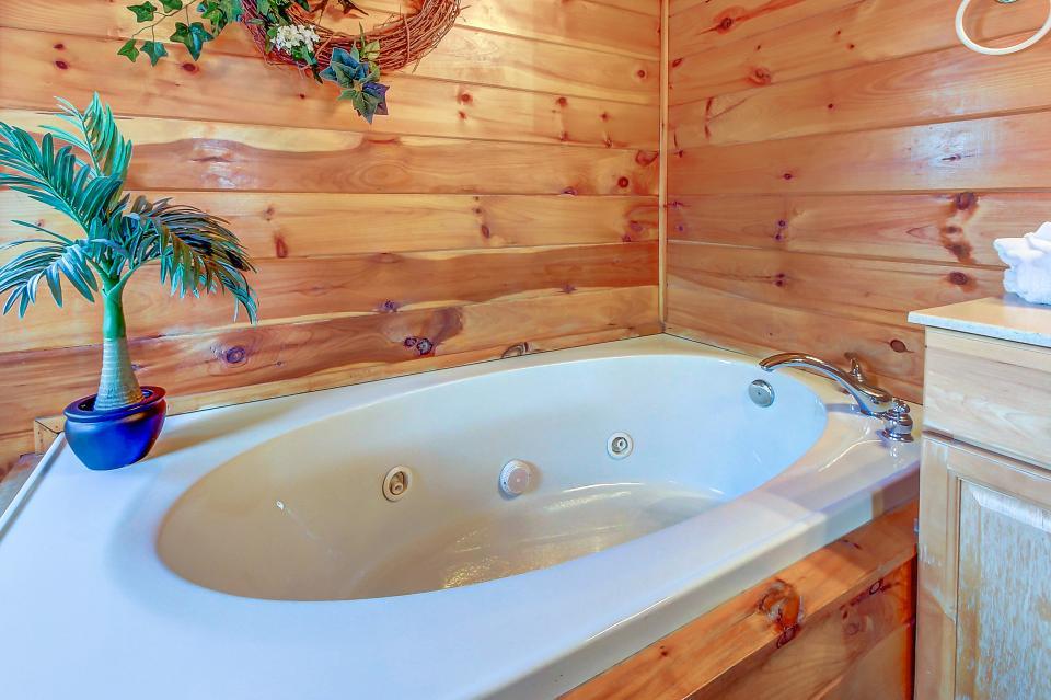 Arrowhead Log Cabin Resort: Papaw's Bear Den Cabin - Pigeon Forge Vacation Rental - Photo 41