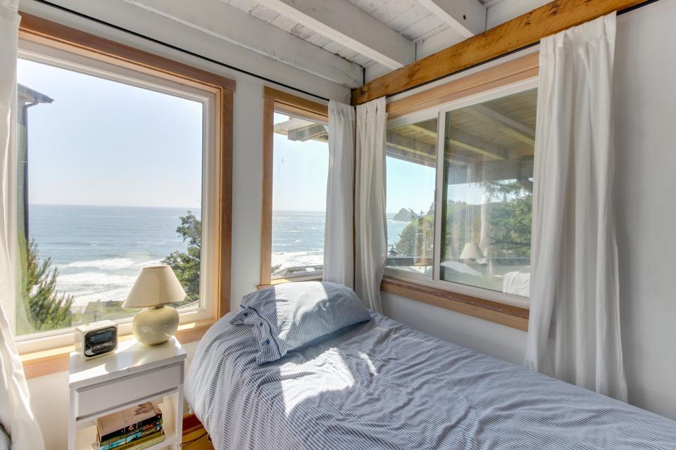 The Blue Door - Oceanside Vacation Rental - Photo 19