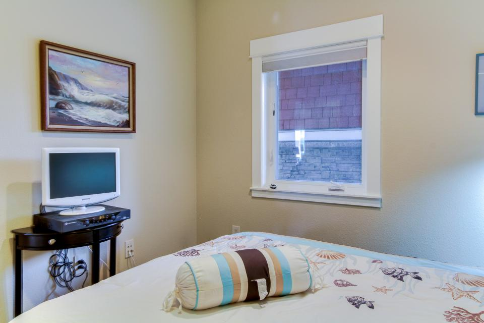 Lighthouse View at Shoreline Ridge - Newport Vacation Rental - Photo 18