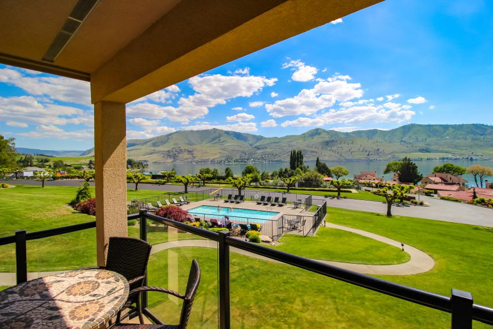 Lake Chelan Shores: A Lakeside Spectacular (#17-10) - Chelan Vacation Rental